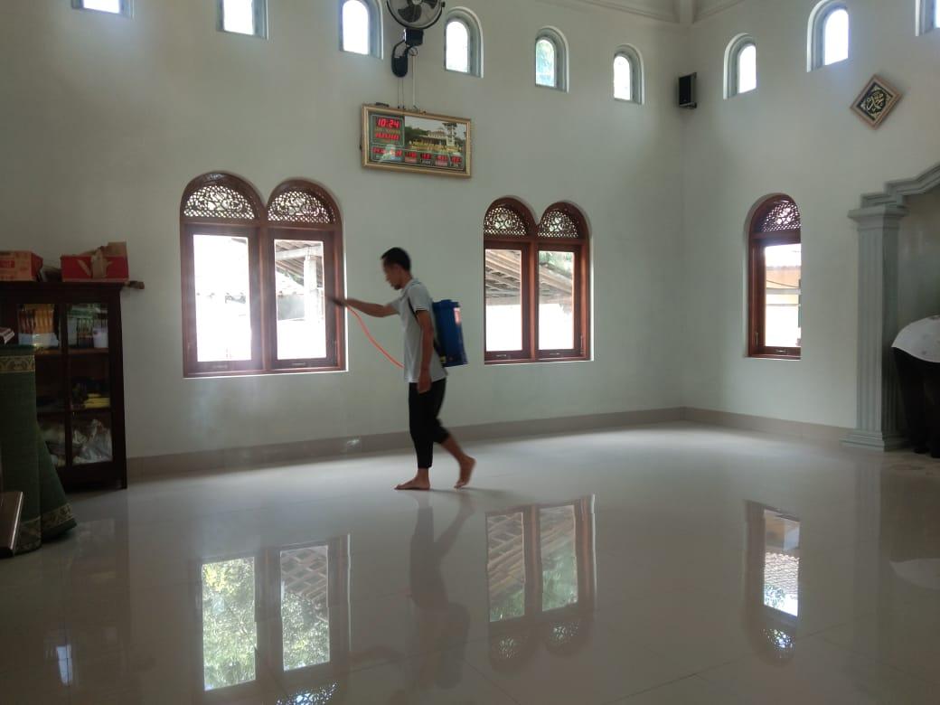 Photo of Hadapi Corona, Desa Kagokan Sterilisasi Masjid, Gereja, dan Fasilitas Umum
