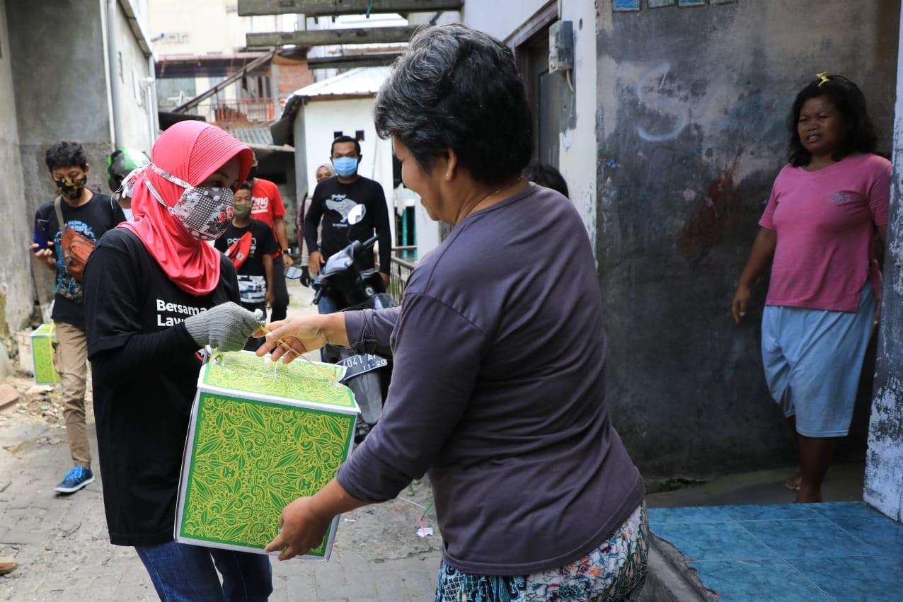 Photo of Tanpa Dialog, Istri Gubernur Bagikan Sembako