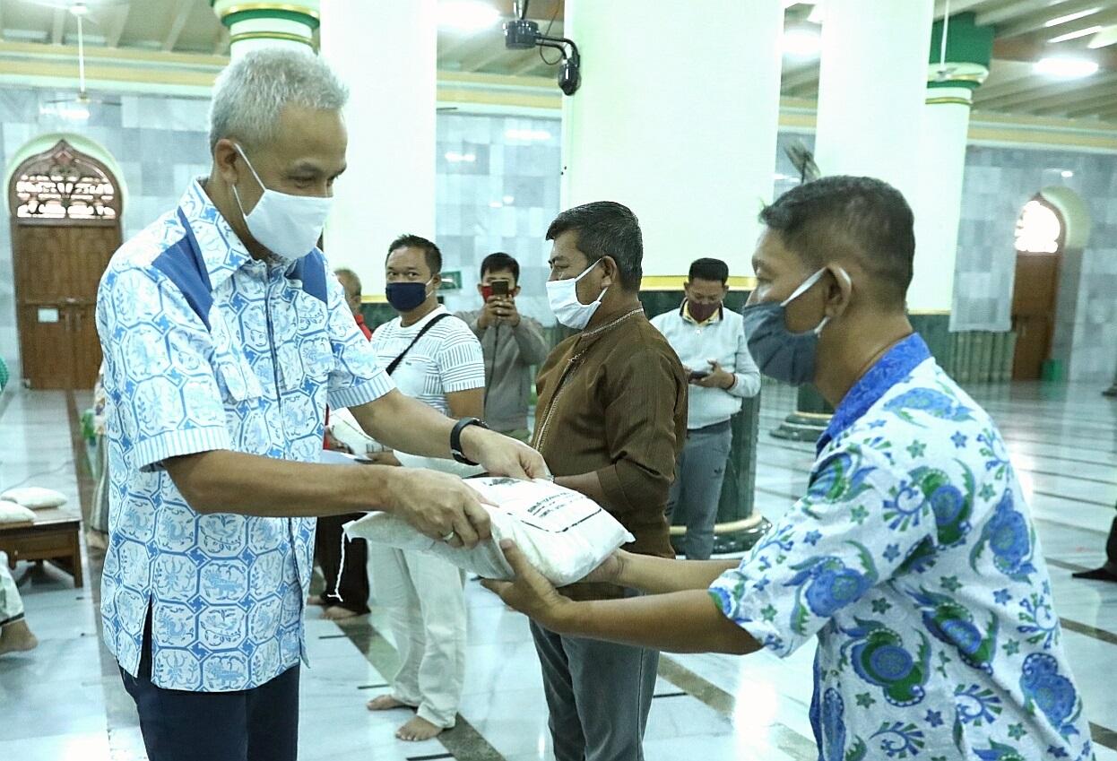 Photo of Pemprov Jateng Salurkan Bantuan ke Jemaah Masjid Agung Semarang