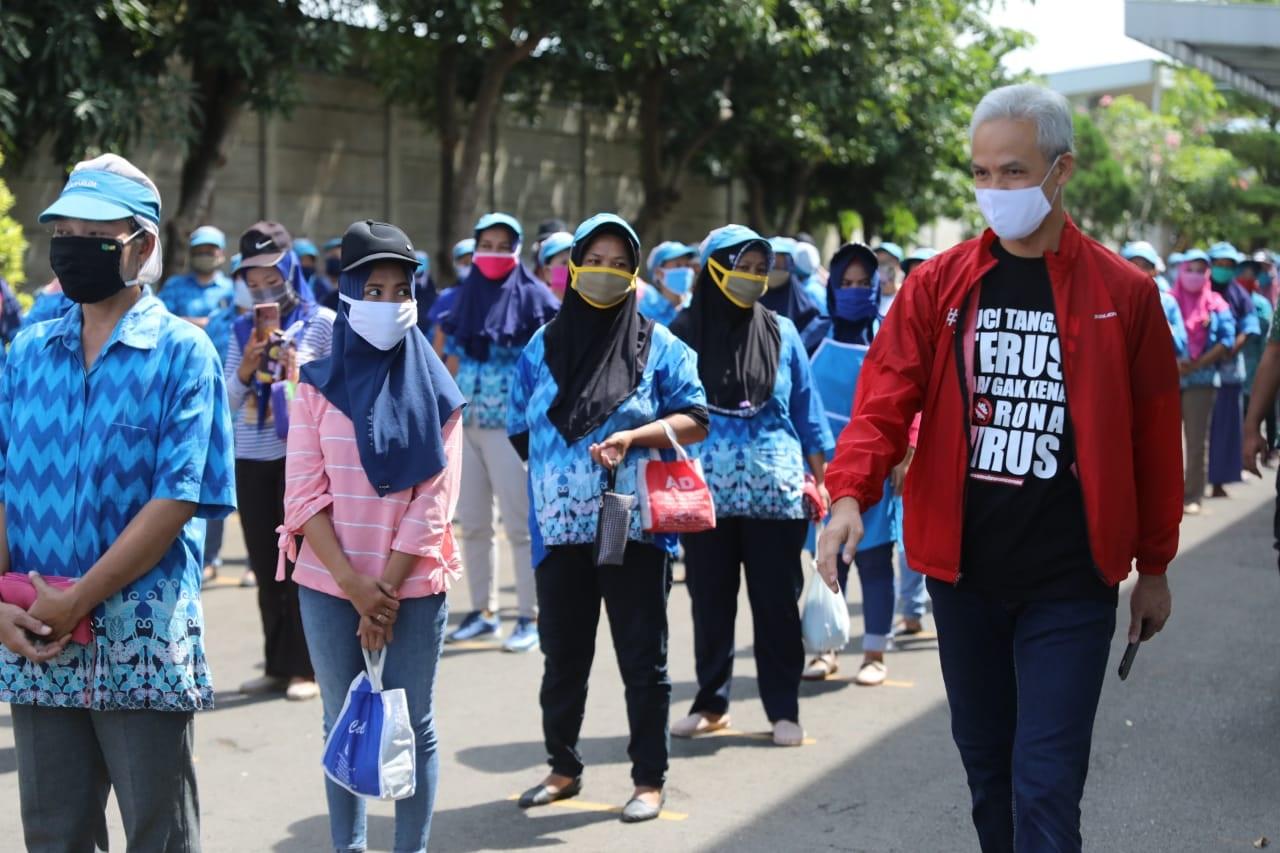 Photo of Karyawan PT Djarum Tertib Physical Distancing, Ganjar: Ini Harus Ditiru
