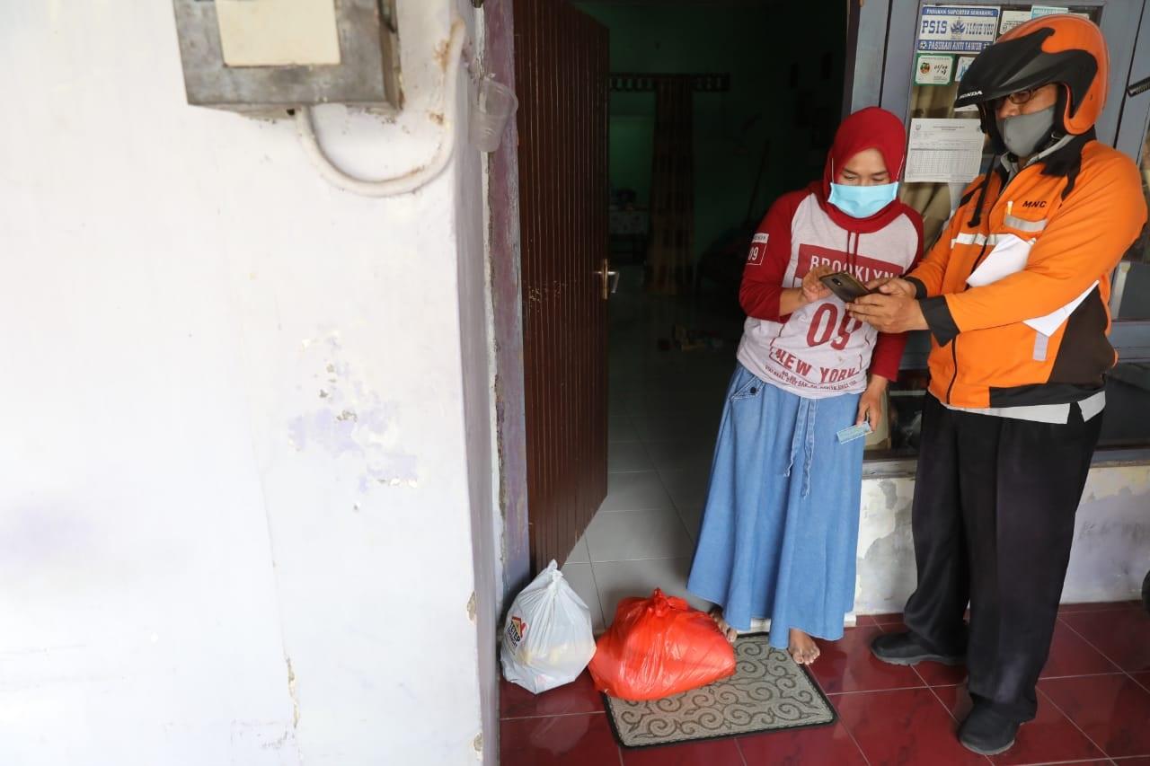 Photo of Bansos COVID-19 Jateng Diantar Tukang Pos, Pendataan Gunakan Android