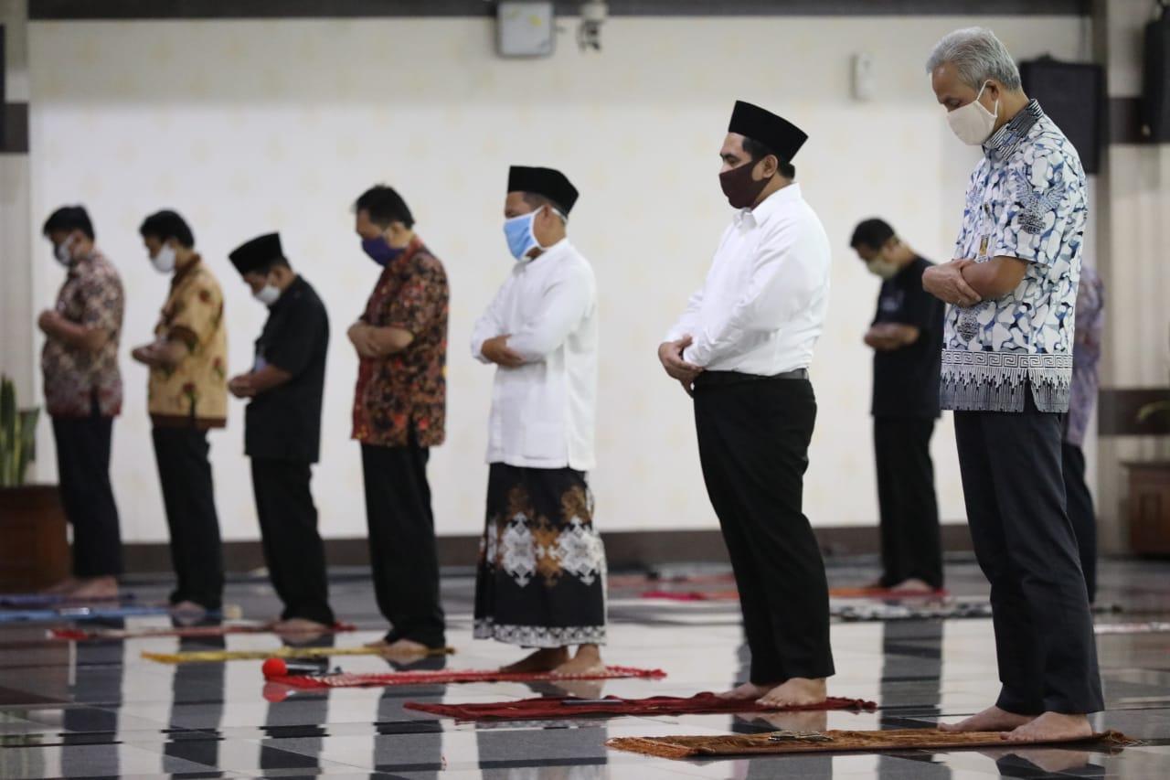 "Photo of Salat Jumat Pertama, Ganjar Minta Masyarakat ""Latihan"" Dulu"