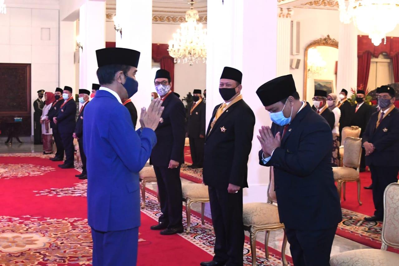 Photo of Jokowi Anugerahkan Tanda Jasa dan Kehormatan Kepada 53 Tokoh