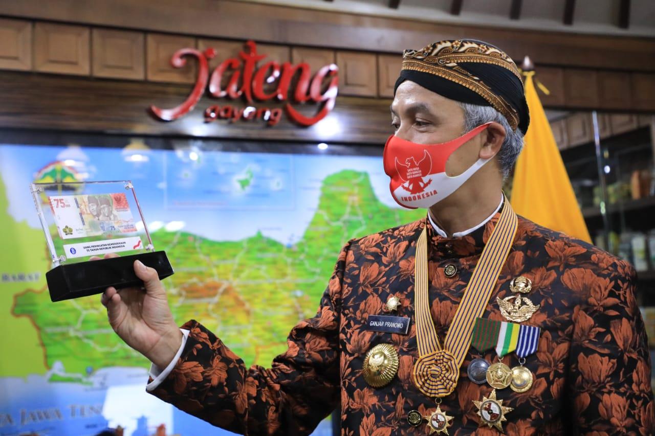 Photo of Ganjar Orang Jateng Pertama Miliki Uang Edisi Kemerdekaan Rp75.000