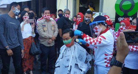 Photo of Kunjungi Pasar Gede Solo, Gibran Ikut Cukur Rambut