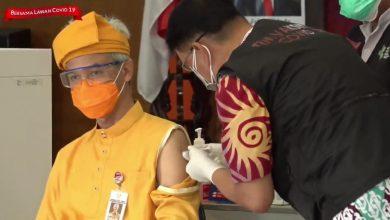 Photo of Suntik Vaksin Dosis Kedua, Ganjar Pakai Baju Adat Riau, Lengannya Kok Bisa Dilepas?
