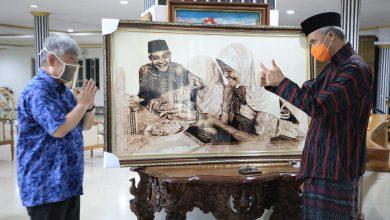 Photo of Potret Ganjar Makan Bersama Pengemis dalam Lukisan Djoko Susilo