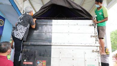 Photo of Cek Posko Ajibarang, Ganjar Ikut Panjat Truk Pastikan di Bak Muatan Tak Ada Orang
