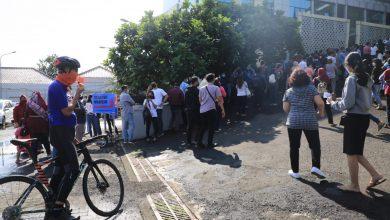 Photo of Sentra Vaksinasi di UTC Semarang, Ganjar Turun Tangan Tertibkan Antrean Warga Bergerombol