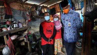 Photo of Kunjungi Warga Grobogan Rumahnya Terendam Banjir, Ganjar Beri Bantuan RTLH