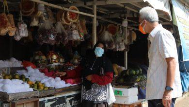Photo of Ganjar Bayari Belanjaan Salah Satu Warga di Pasar Pecangan Jepara
