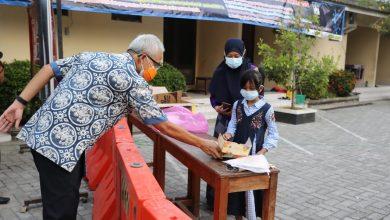 Photo of Demi Anak Pasien Covid-19, Ajudan Ganjar Ngos-ngosan Cari Coklat