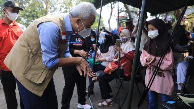 Photo of Cek Vaksinasi Anak, Ganjar ; Ini Bukti Mereka Ingin Sehat dan Tidak Tertular Covid-19