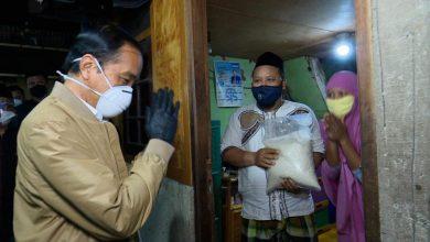 Photo of Jokowi Blusukan ke Rumah Warga, Bagikan Sembako dan Paket Obat