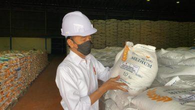 Photo of Jokowi Tinjau Gudang Bulog, Pastikan Stok Beras Nasional Mencukupi