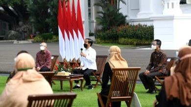 Photo of Serahkan Banpres Produktif, Jokowi Beri Semangat Para Pelaku Usaha Mikro