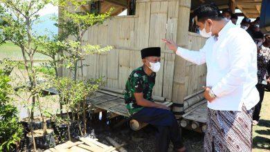 Photo of Sedang Antri Sembako, Rofik Terkejut Diberi Peci Dari Gus Yasin