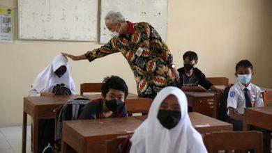 Photo of Ganjar Berikan Hadiah Laptop untuk Siswi SMP di Boyolali
