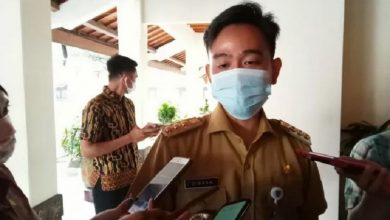 Photo of Pergoki ASN Bersandal Makan di Warung saat Jam Kerja, Walikota Solo Geram